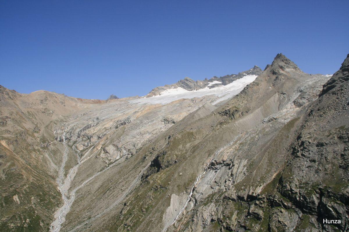 Vue depuis le refuge des Evettes vers le glacier du Mulinet avec, au centre, le Roc du Mulinet (3 442 m) et, à droite, la Pointe du Grand Méan (3 253 m) et le glacier éponyme.