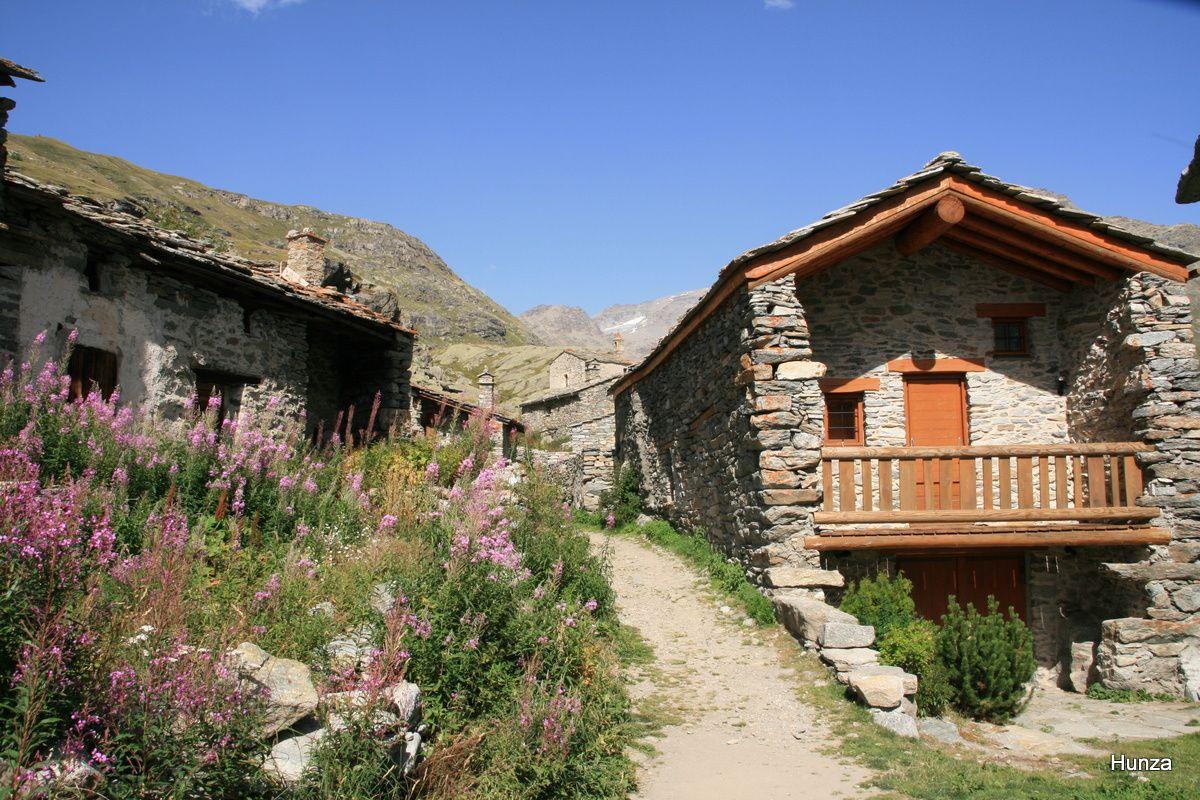 Arrivée au hameau de l'Ecot : vieilles maisons et épilobes