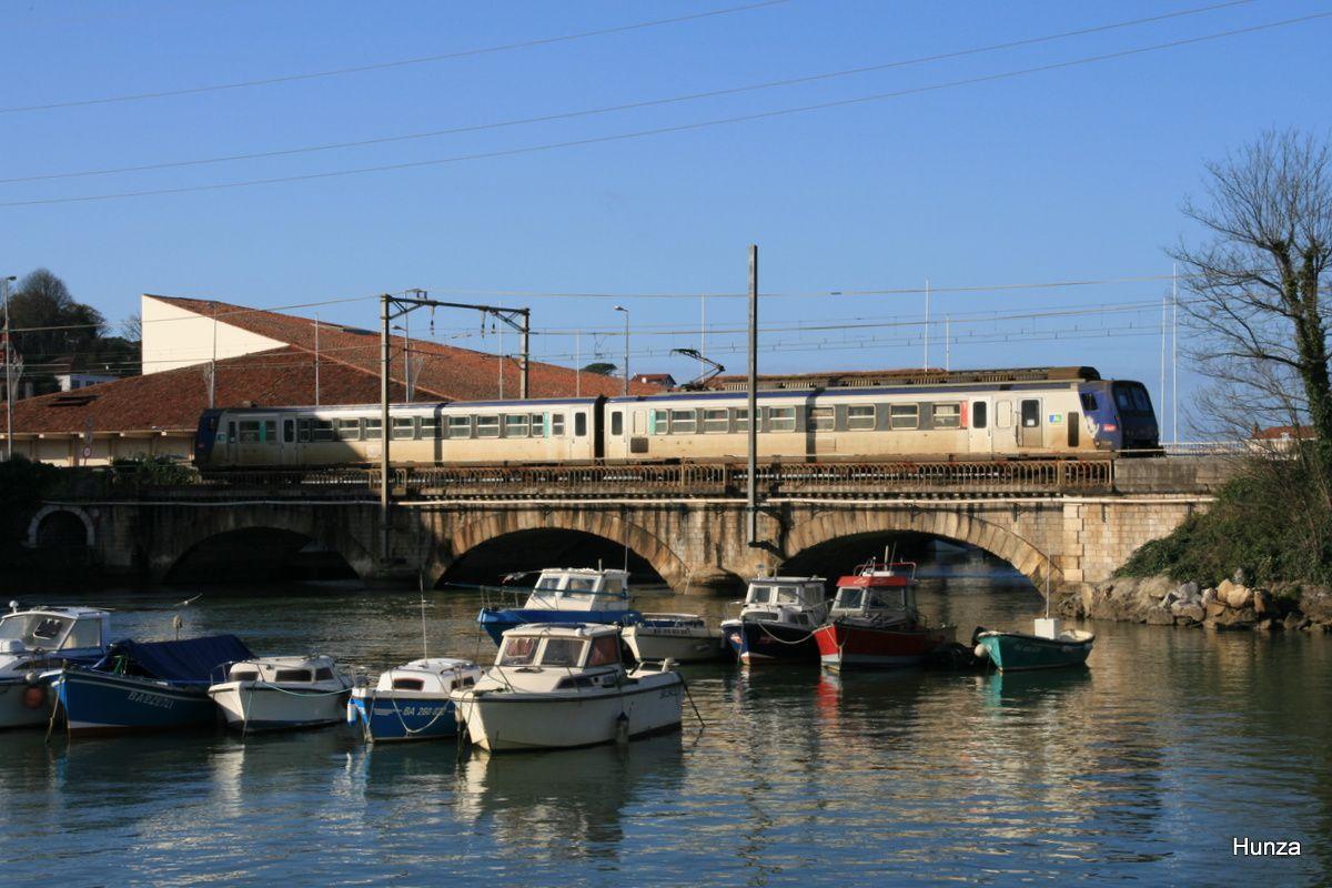 Saint-Jean de Luz- Ciboure : la Z 7341 franchit le pont sur la Nivelle (24 décembre 2011)