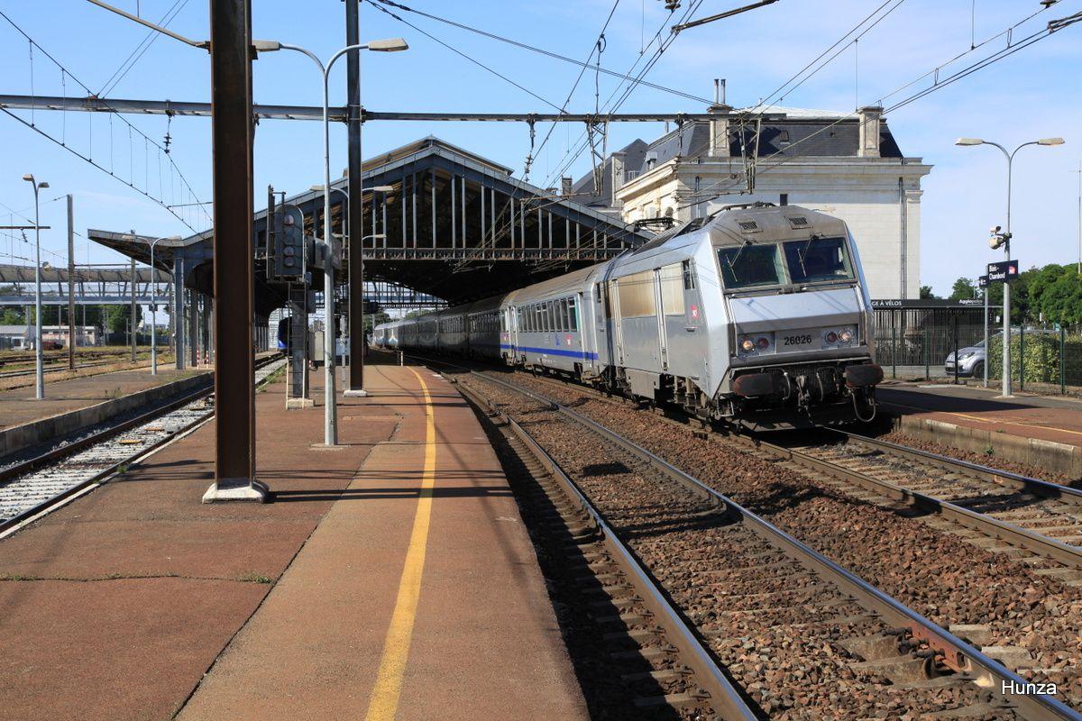 Blois : BB 26026 livrée grise en tête du TER n°60007 Orléans - Le Croisic (1 août 2015)