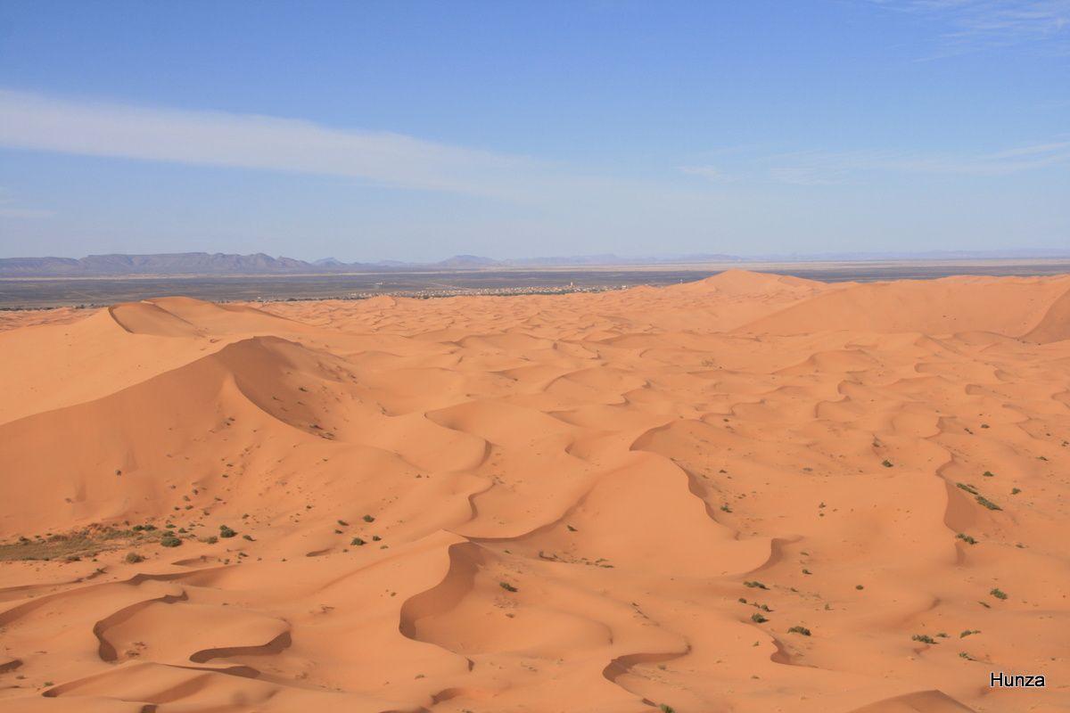 Vue depuis le sommet de la dune du village de Merzouga