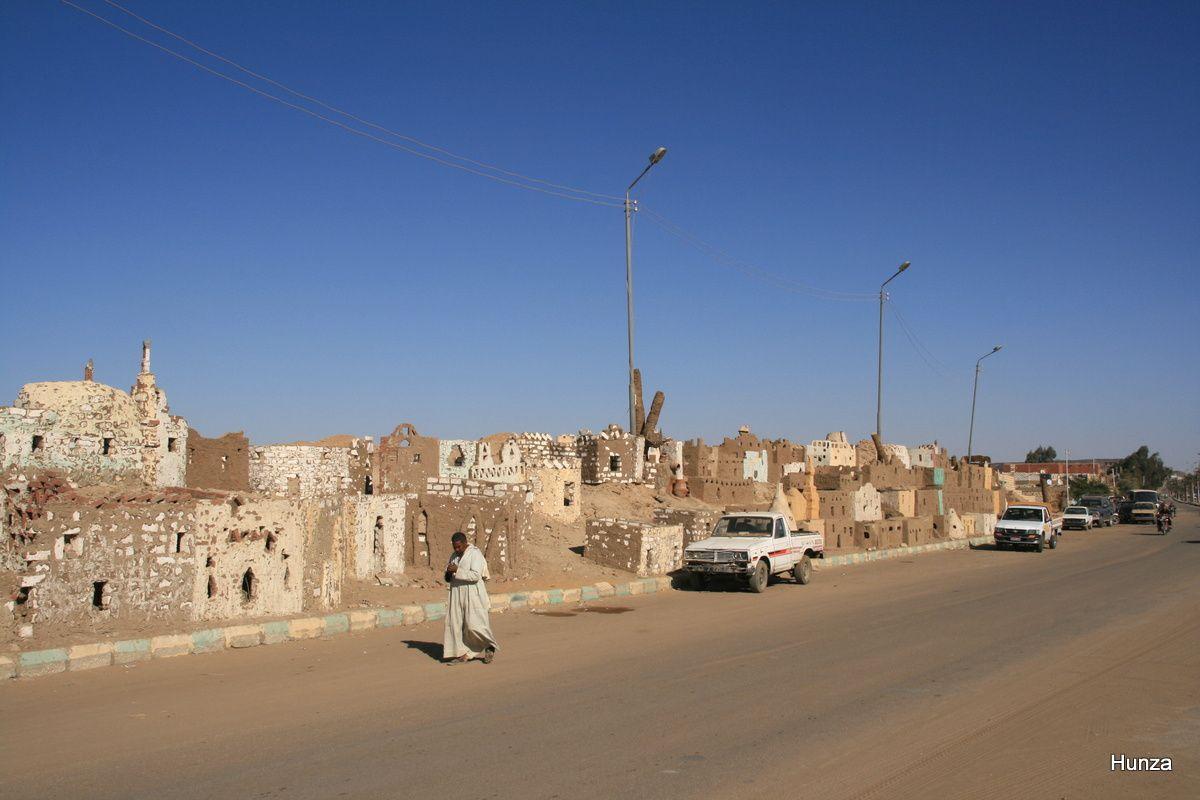 """Au bord de la route principale, représentation des anciennes maisons du village (""""old oasis panorama"""")"""
