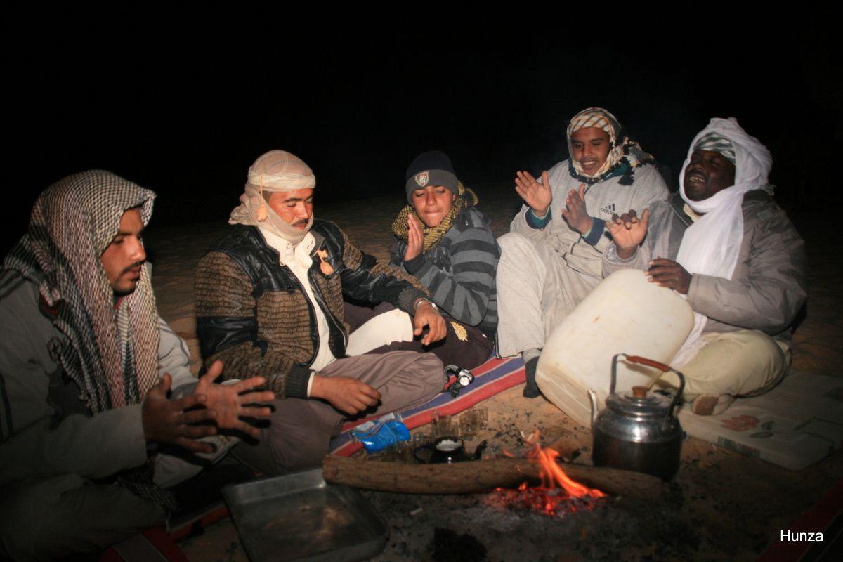 """Veillée autour du feu et du """"thé bédouin"""" qu'on fait bouillir sur la braise"""