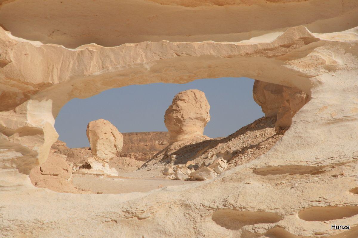Vue à travers une ouverture creusée par l'érosion dans la paroi calcaire
