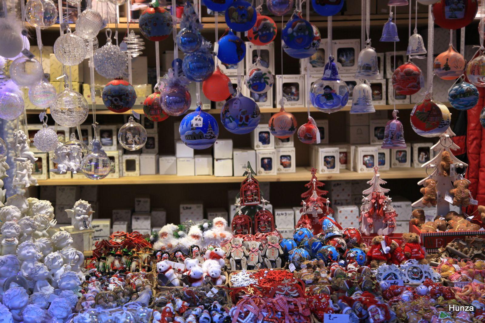 Place des Six Montagnes Noires : stand proposant à la vente des boules peintes