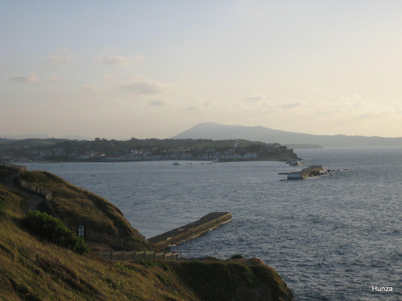 Vue sur la digue de l'Artha et Socoa en arrière plan depuis la pointe de Sainte-Barbe