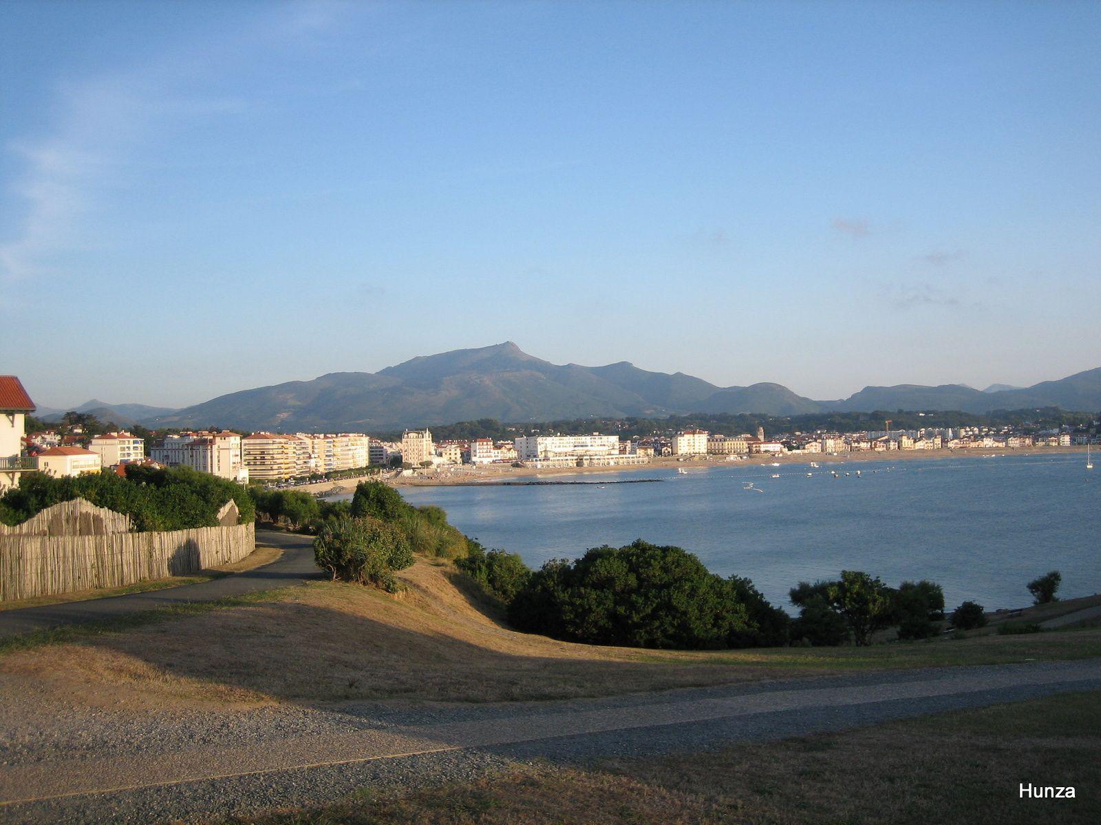 Panorama sur Saint-Jean de Luz et la Rhune depuis la pointe de Sainte-Barbe