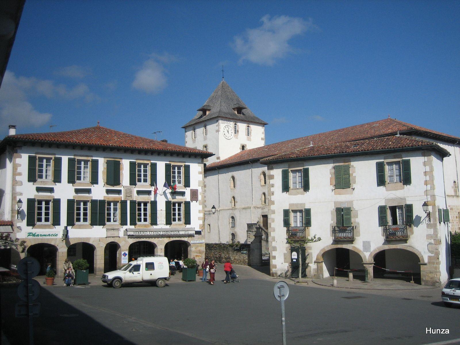 L'église Saint-Martin et la place de la mairie