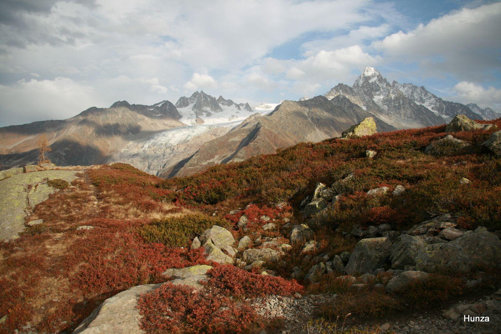 A gauche, l'Aiguille du Tour (3 544 m) et le glacier du Tour; à droite, l'Aiguille du Chardonnet (3 824 m)