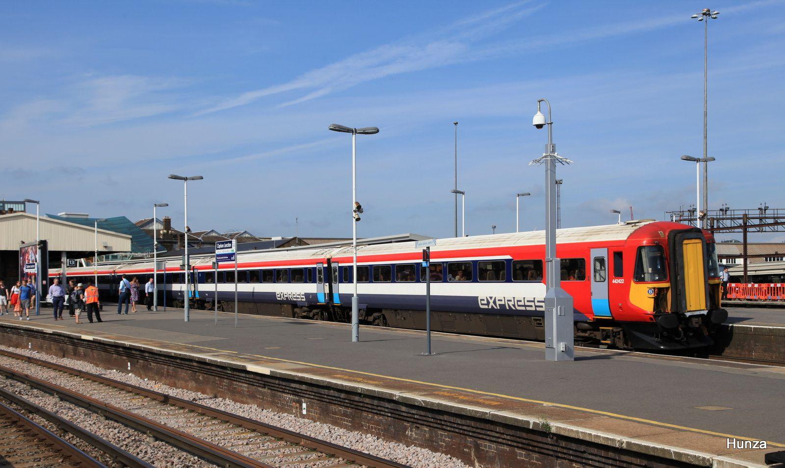 Le Gatwick Express assuré par une Class 442 n°442 422 à Clapham Junction (31 juillet 2014)