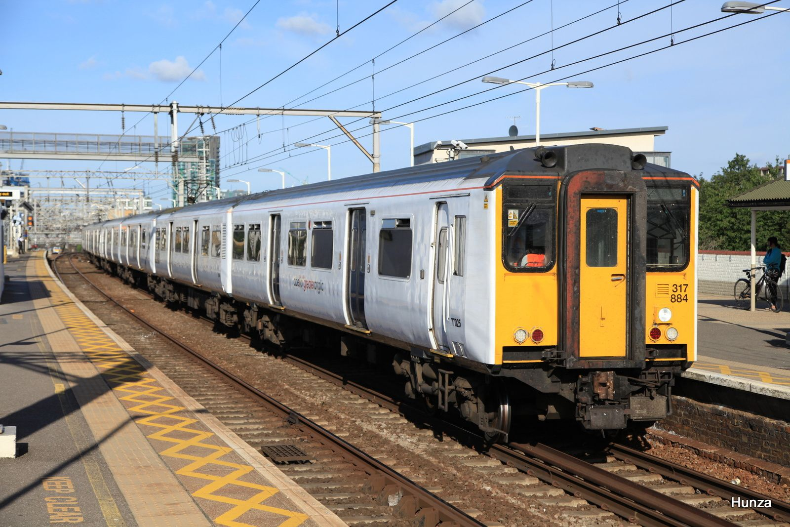 Bethnal Green station : class 317 n°317 884 de la compagnie Abellio Greater Anglia (8 août 2016)