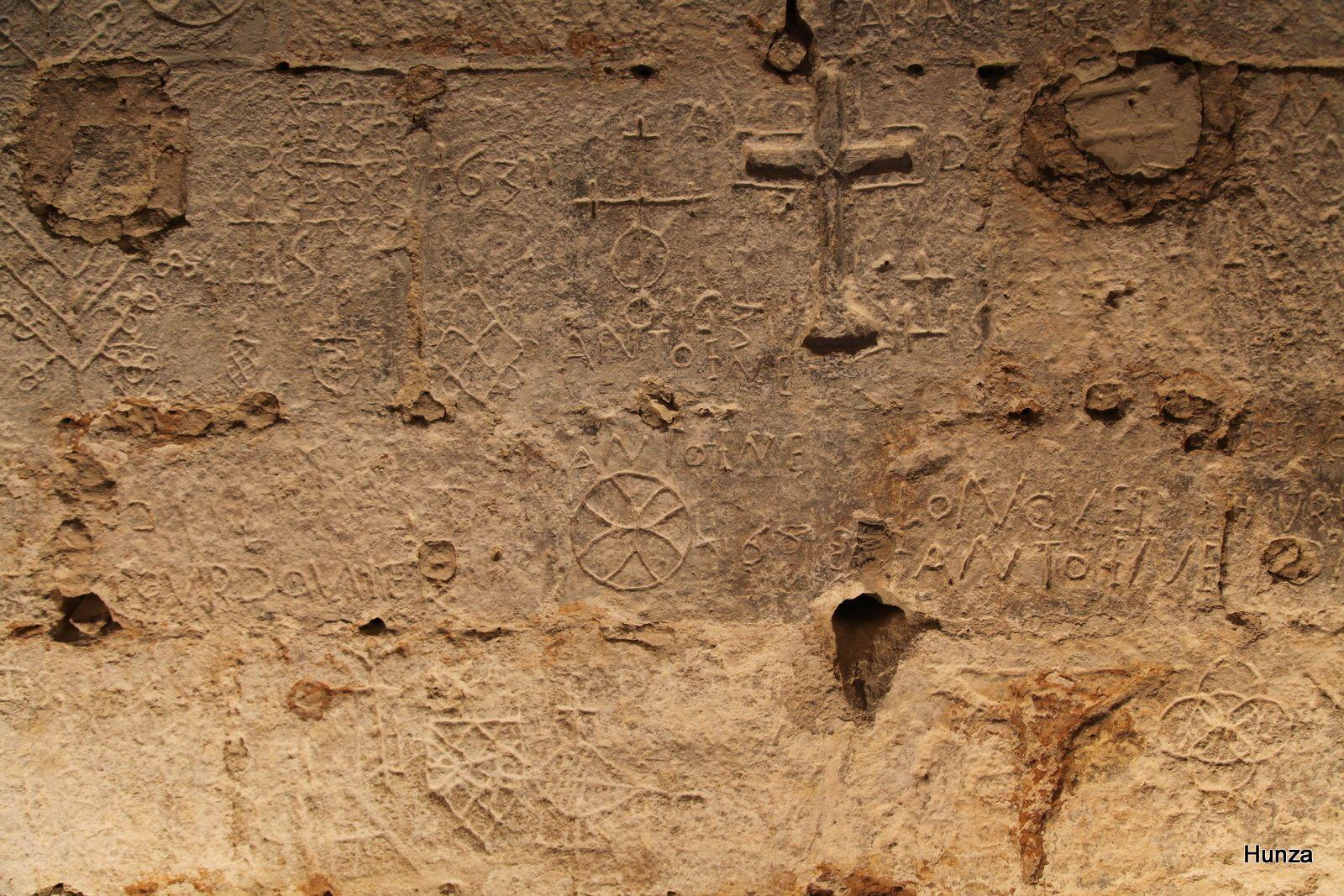 Graffitis dans la chapelle