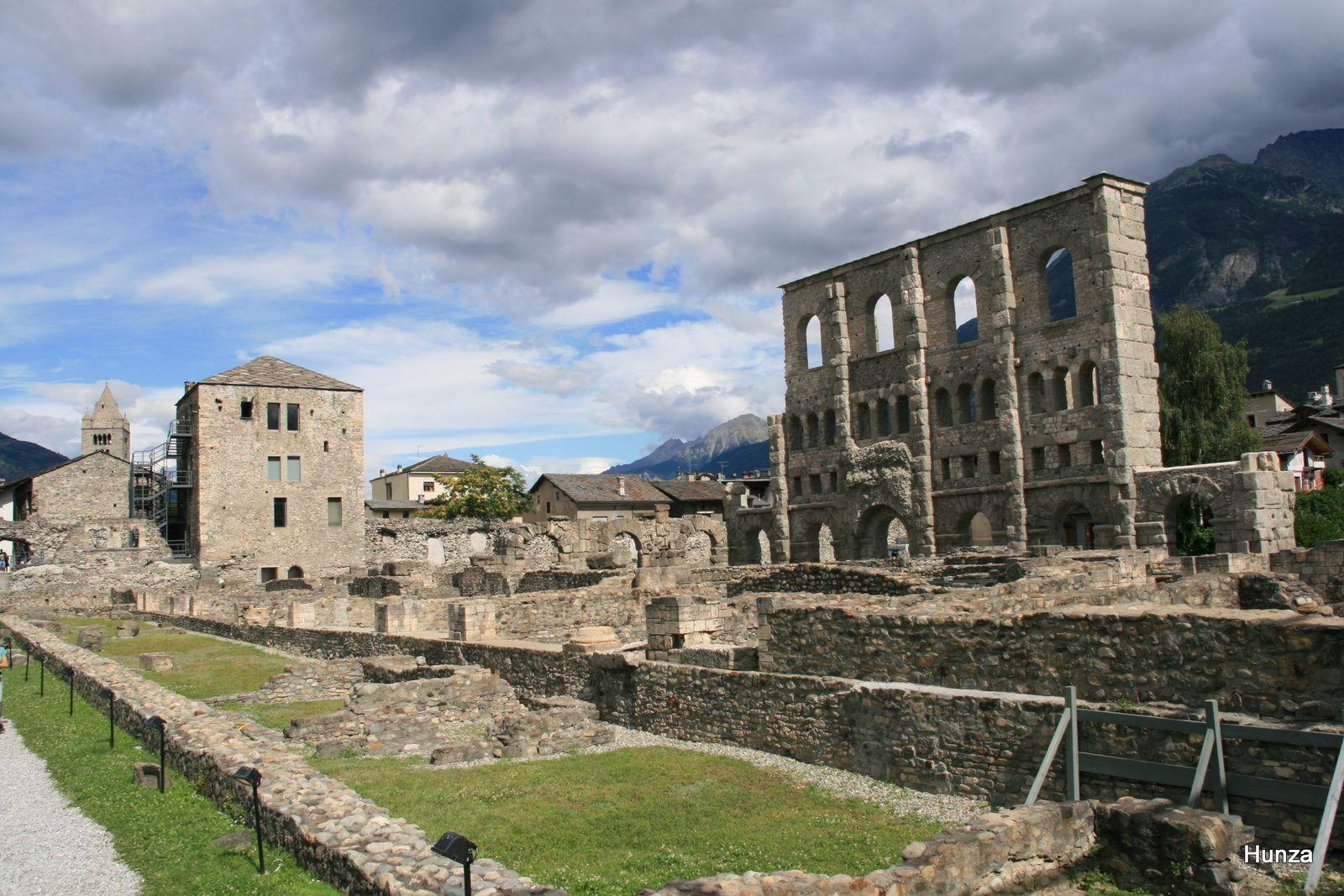 Le théâtre romain qui pouvait contenir entre 3 et 4 000 spectateurs et, à gauche, la tour du Fromage