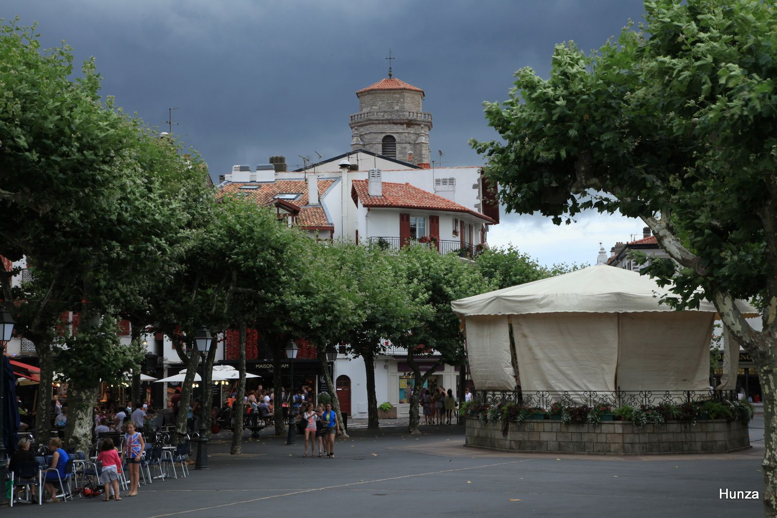 Ciel d'orage sur la place Louis XIV et le kiosque à musique