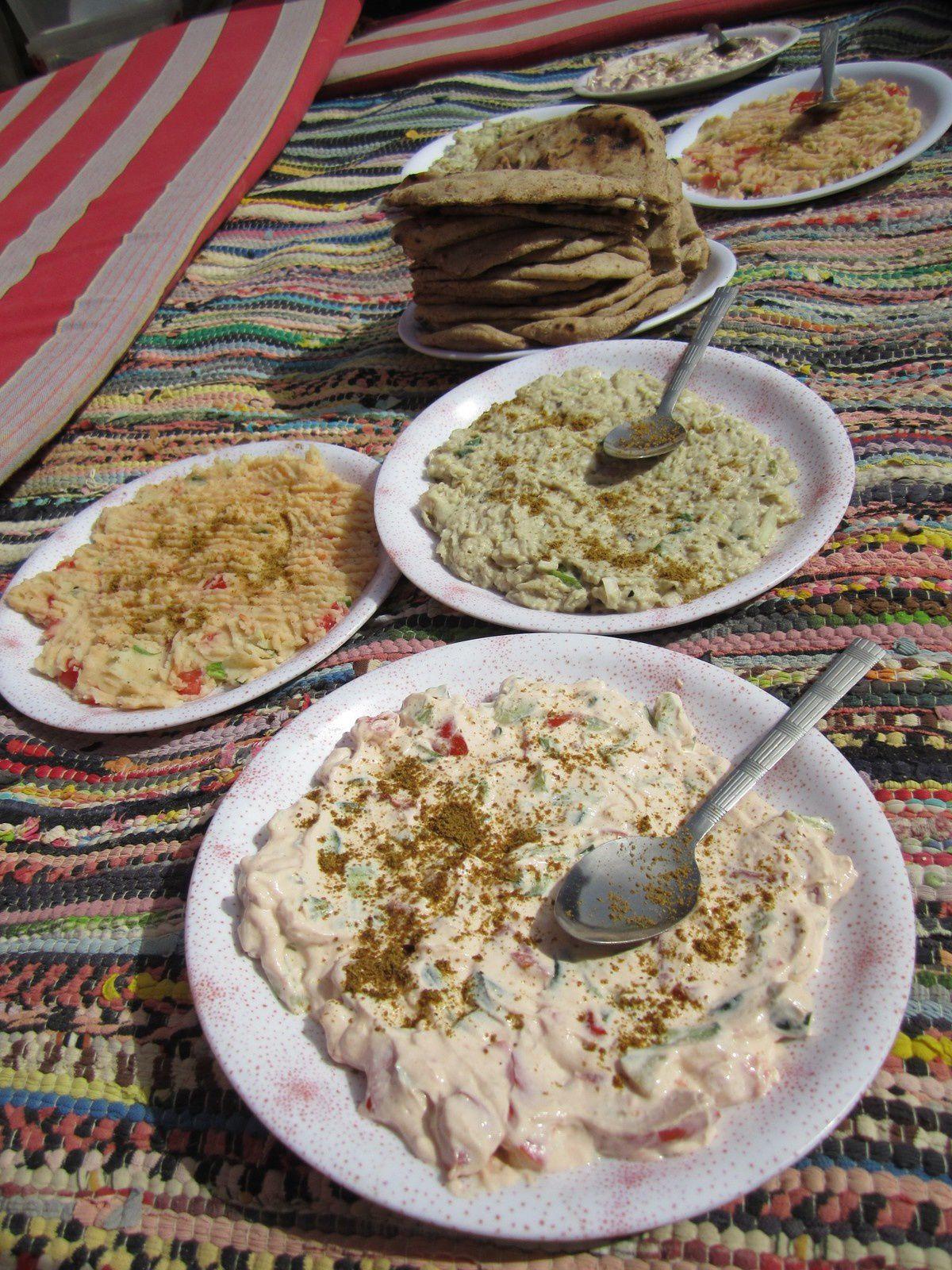 Egypte, repas nomade dans le désert blanc