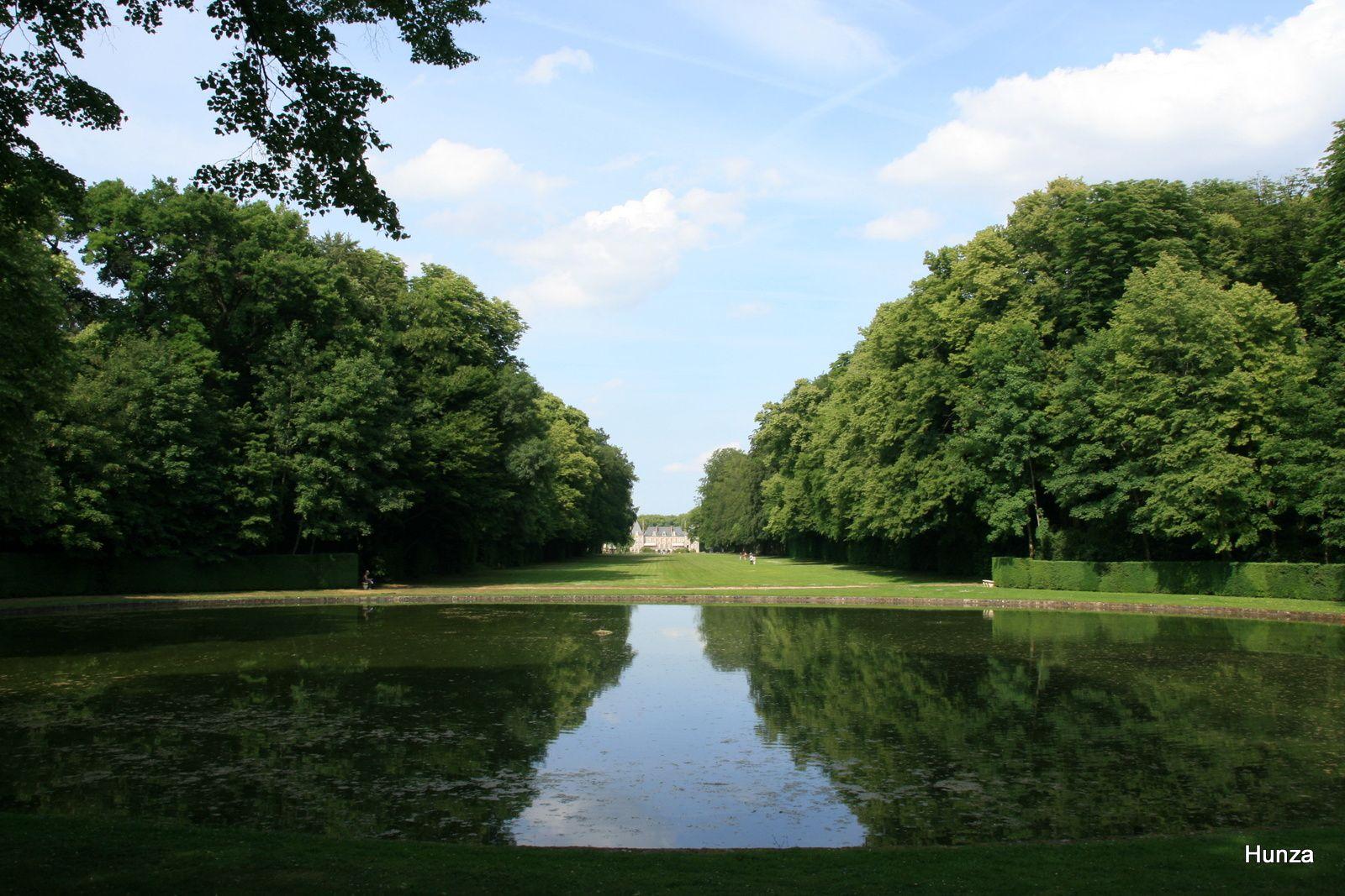 Le Rond de Moigny et, au fond, le château de Courances
