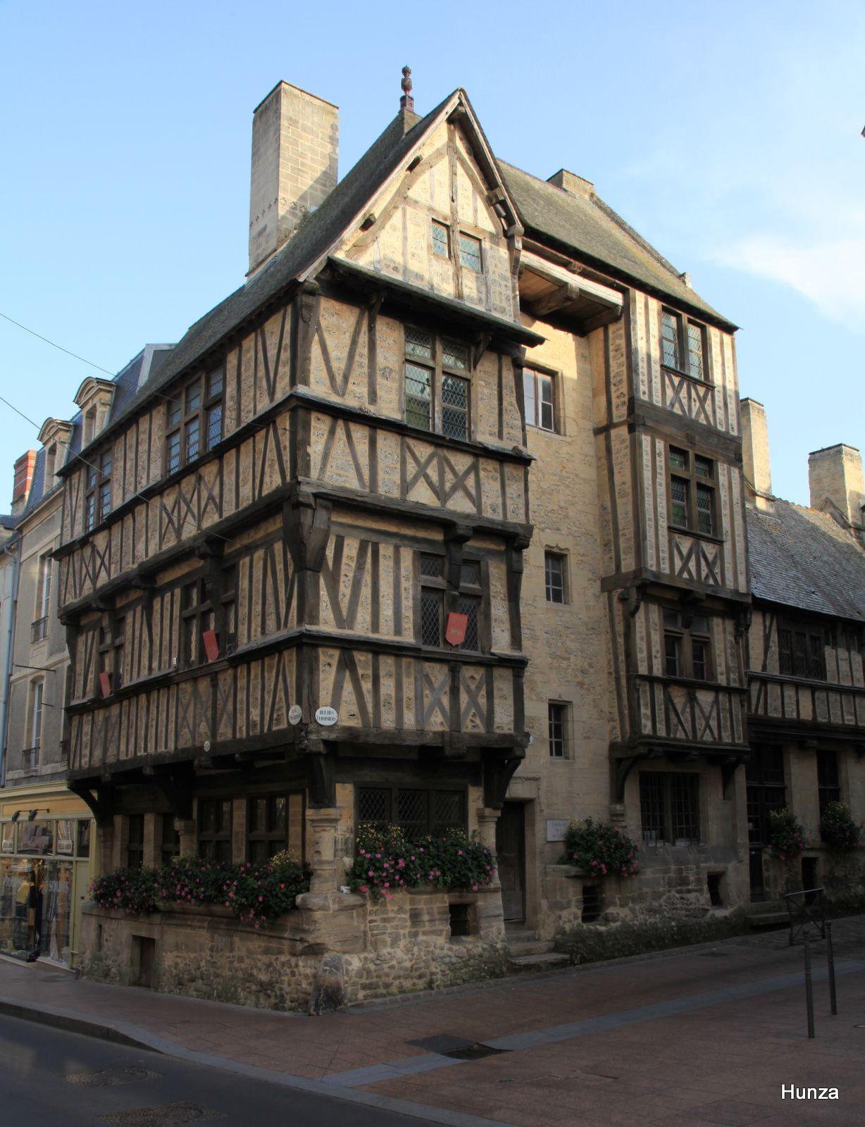 Bayeux, maison à pans de bois dans la rue des Cuisiniers