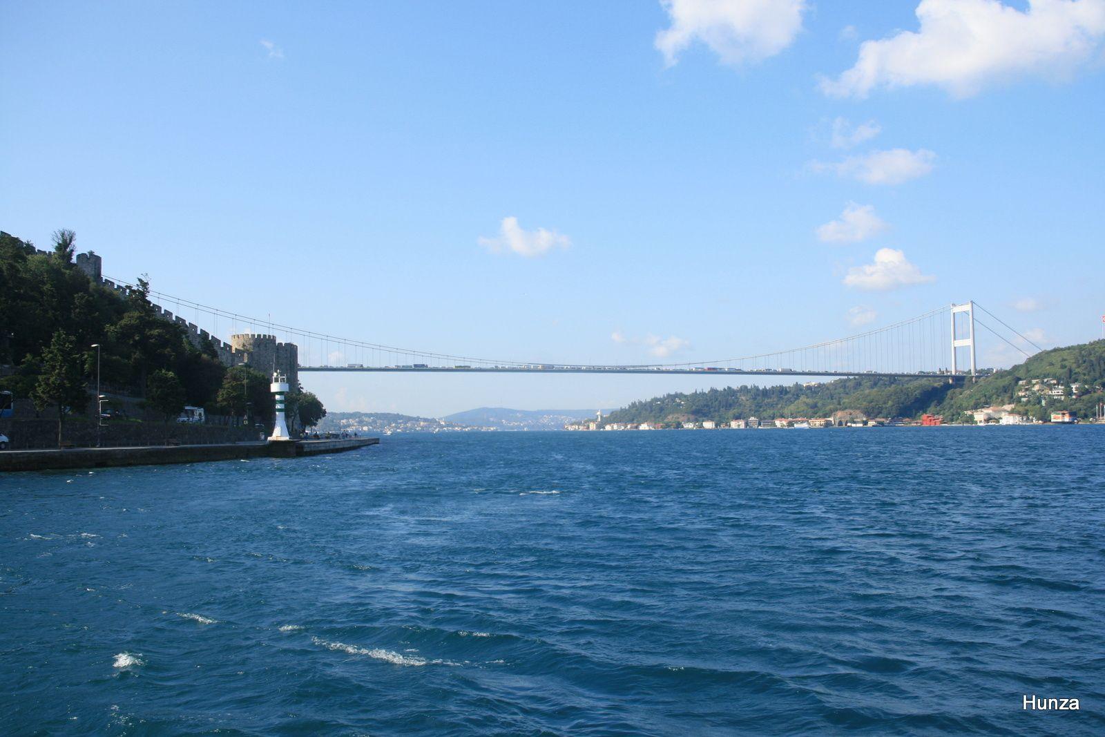 Pont Fatih Sultan Mehmet et, à gauche, la forteresse Rumeli Hisari