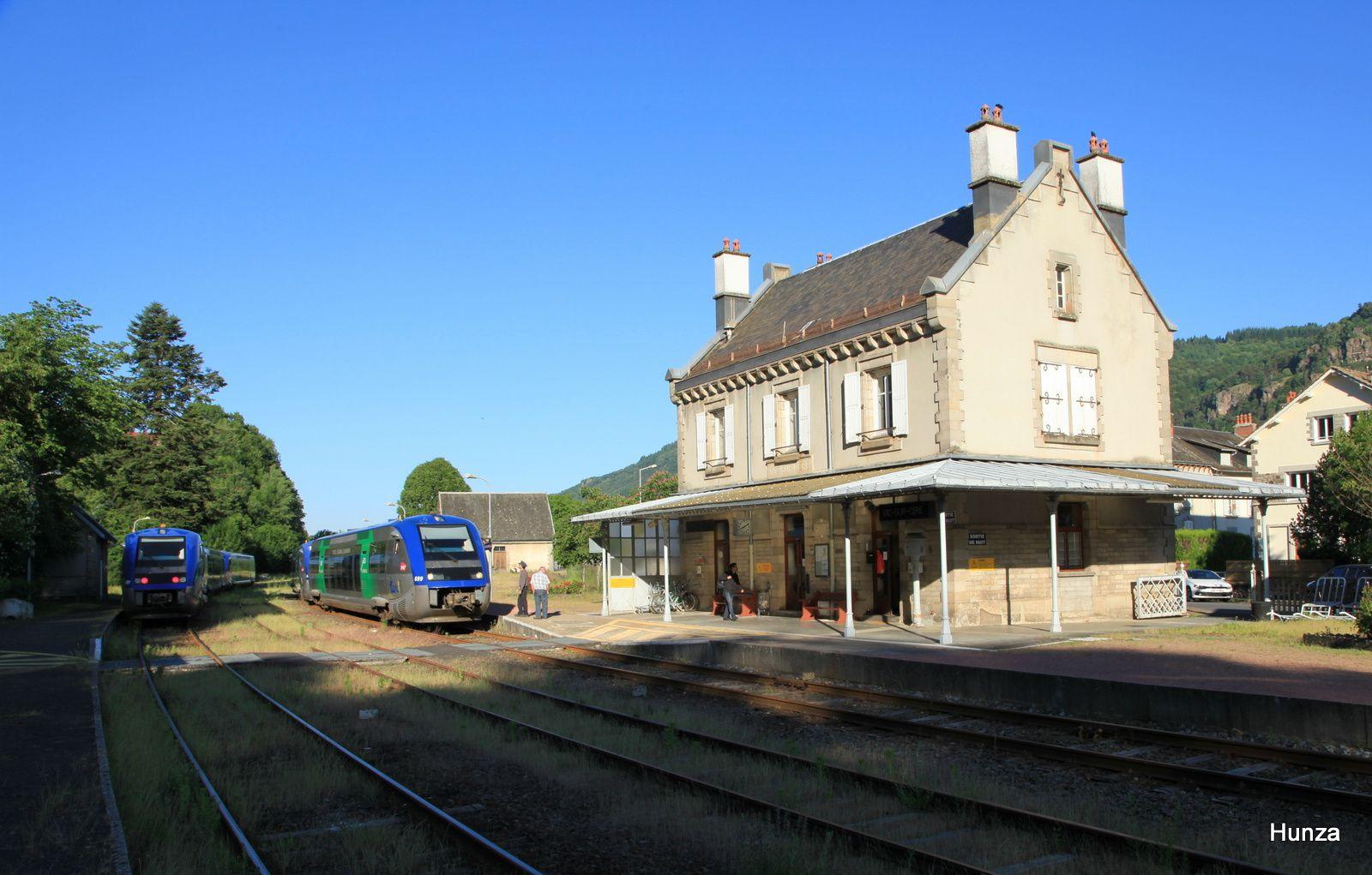 Vic sur Cère : croisement TER de l'axe Aurillac - Clermont-Ferrand (matinée du 5 juin 2015)