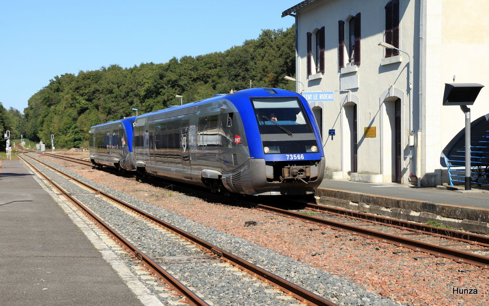 Azay le Rideau : X 73566 assurant le TER Tours - Chinon n°860317 (29 septembre 2015)