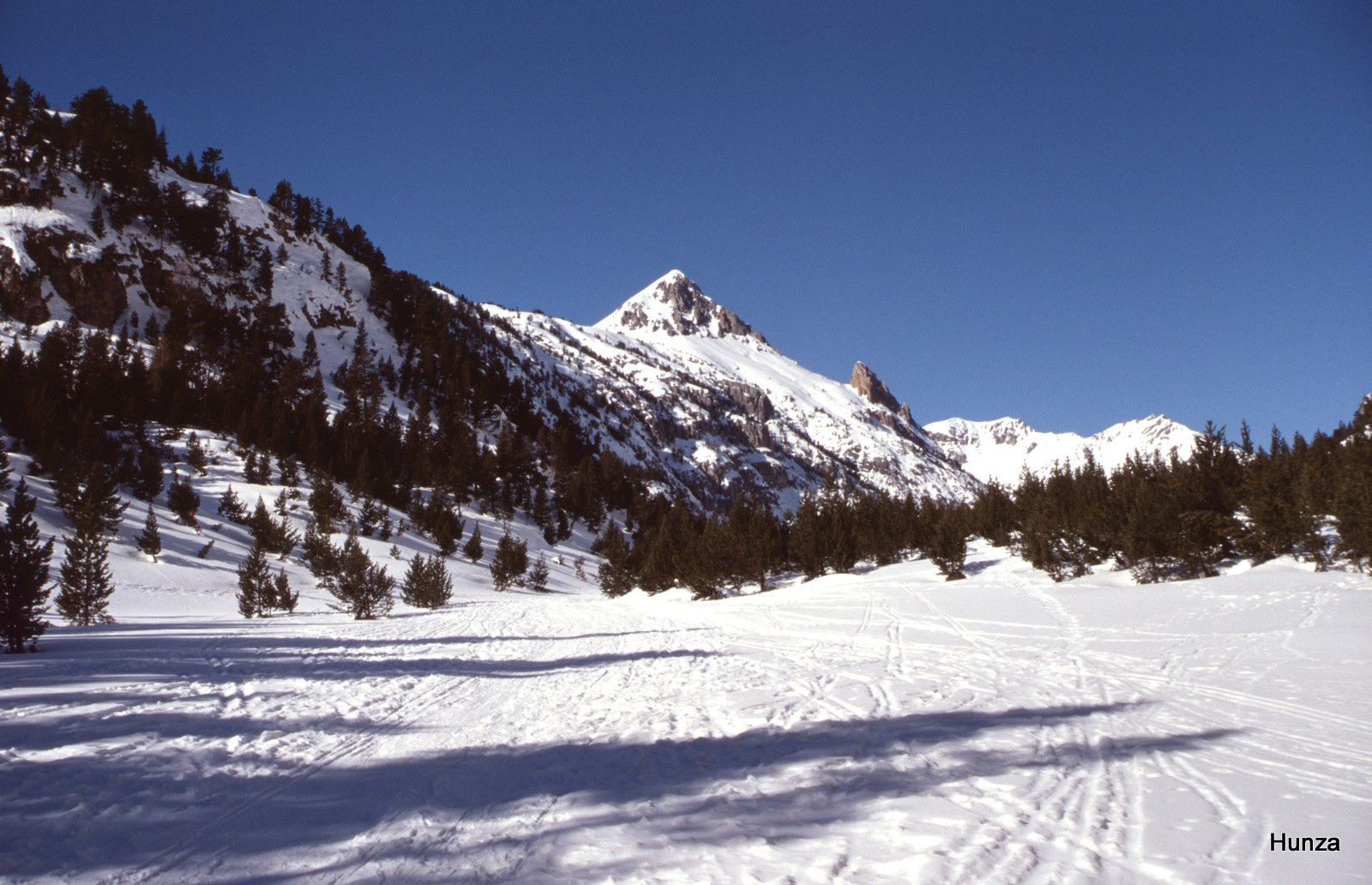 Le col de l'Echelle (1 762 m) dominé par l'Aiguille Rouge ( 2 545 m)