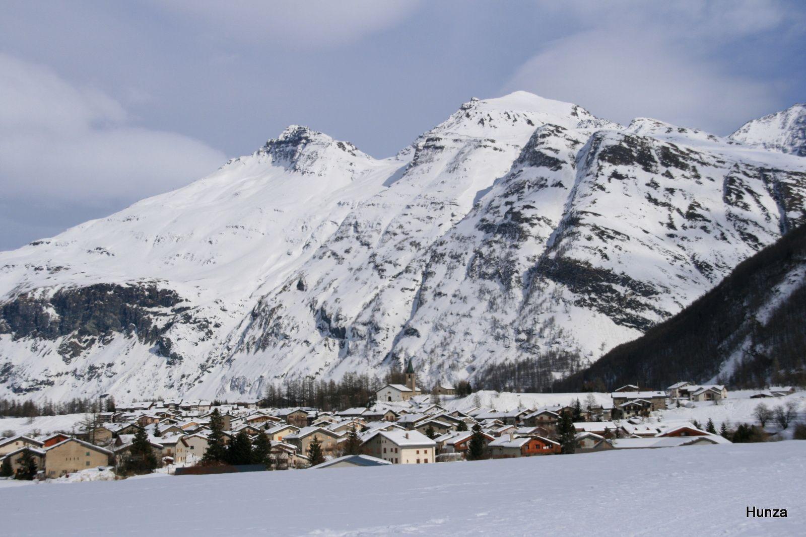 La piste piétonnière et l'arrivée à Bessans que dominent la Pointe d'Andagne (3 217 m) et l'Ouille Allegra (3 130 m)