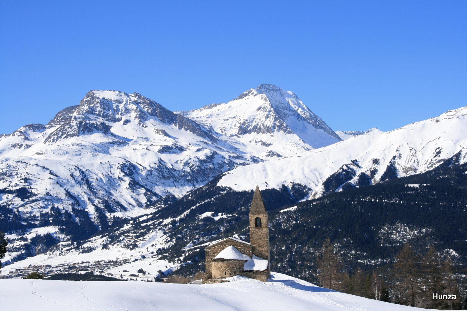 Léglise de Saint-Pierre d'Extravache et, en arrière plan, le Rateau d'Aussois (3 131 m) et la Pointe de l'Echelle (3 418 m)