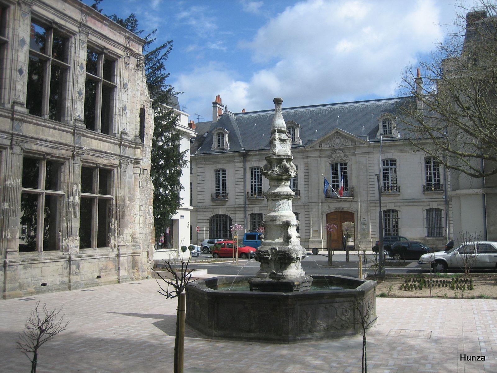 Tours, fontaine de Beaune-Semblançay avec, à gauche, la façade renaissance et, en arrière-plan, le palais du commerce (18ème siècle)