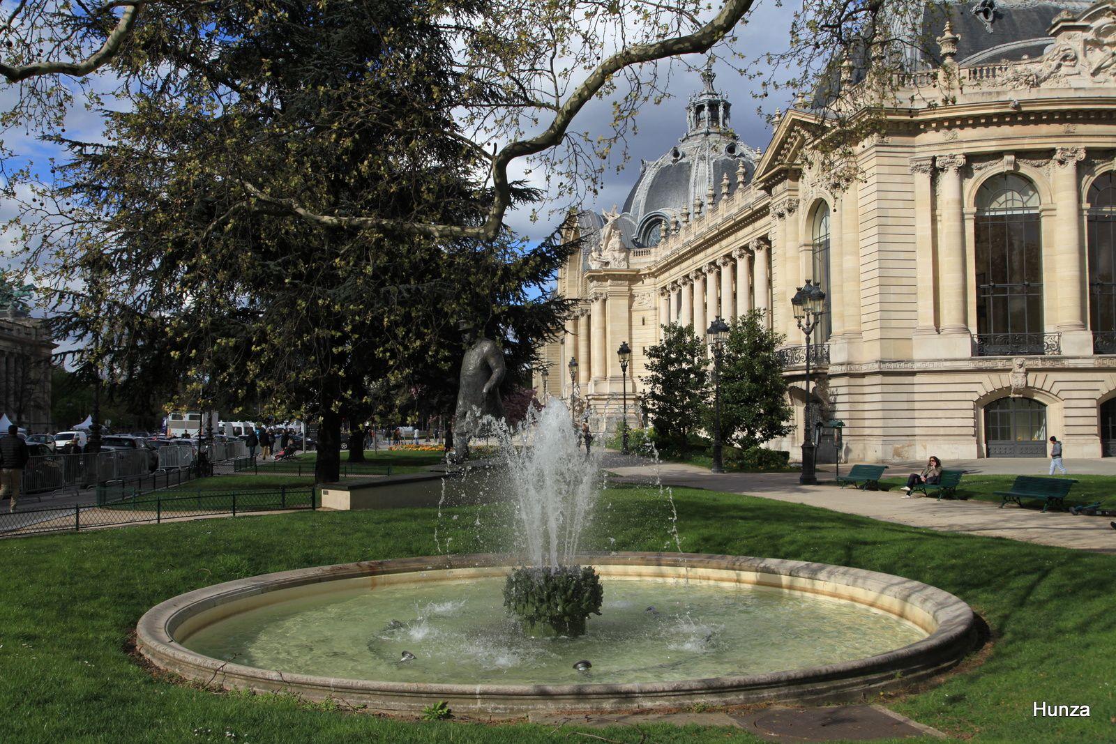 La fontaine côté sud du Petit Palais avec, en arrière plan, la statue de Winston Churchill