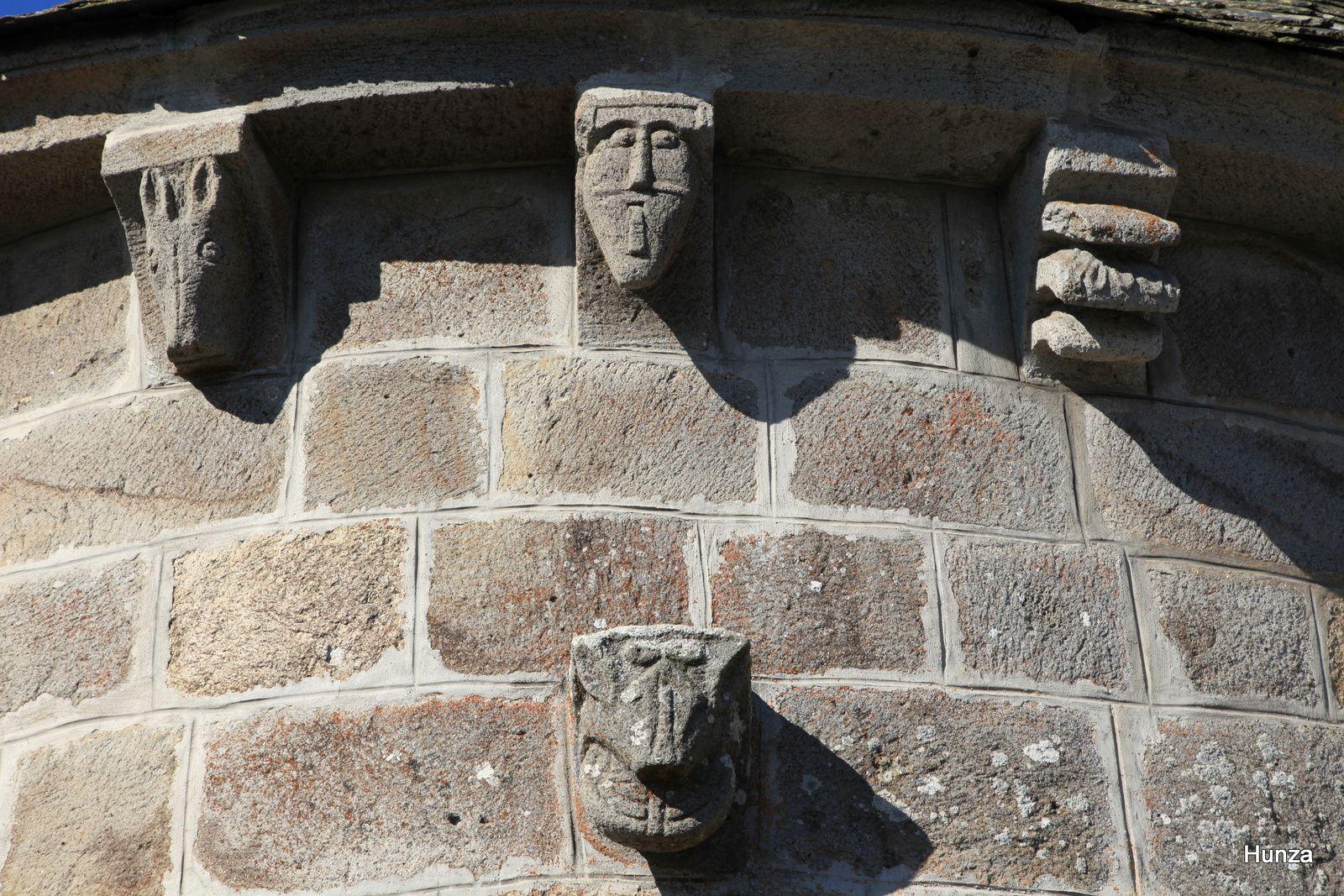 Modillons qui symbolisent de gauche à droite : la paresse et l'envie et, en bas, la gourmandise