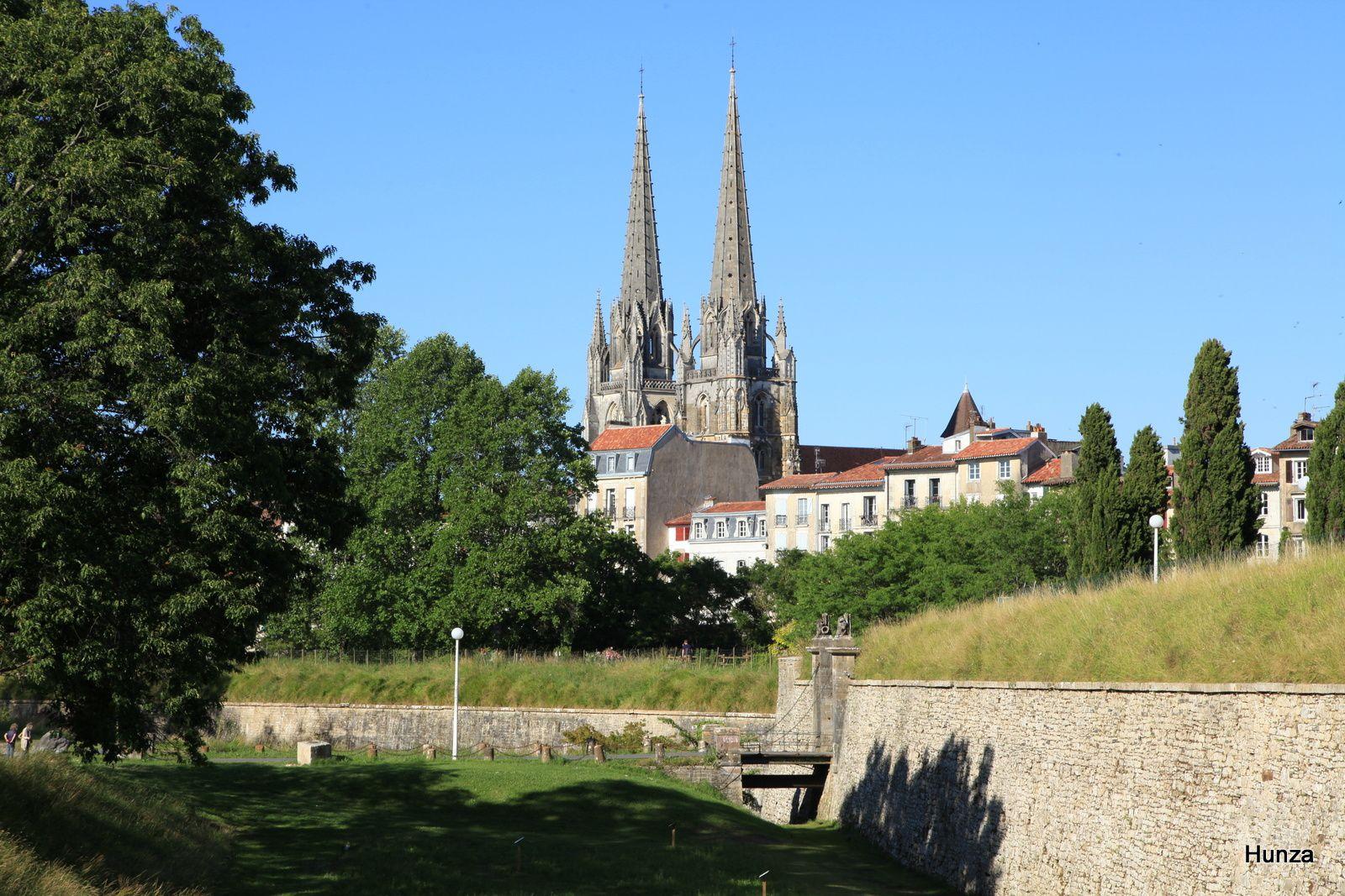 La ville haute et les flèches de la cathédrale Sainte-Marie vue depuis les glacis de la corne Saint-Léon des fortifications Vauban