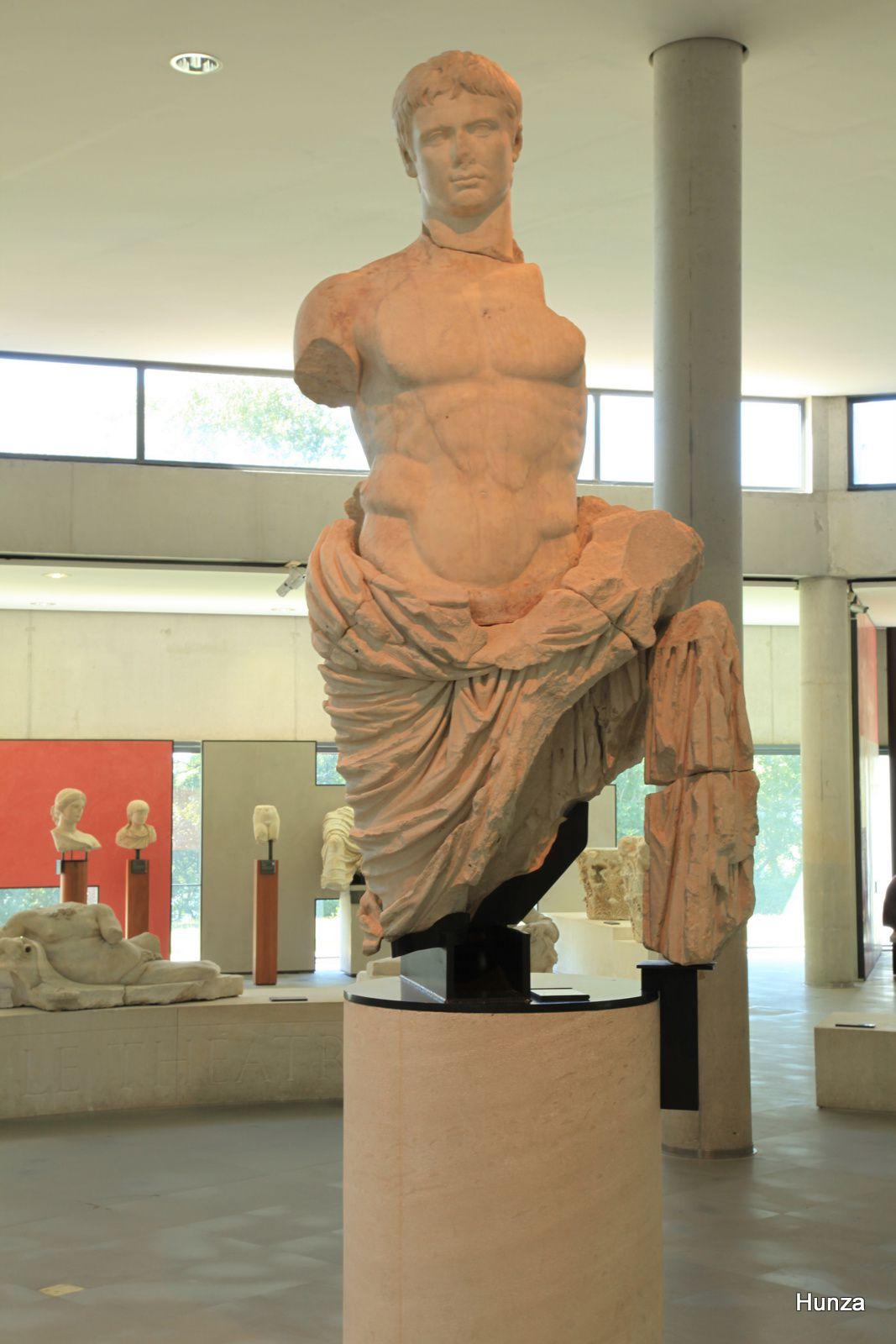 Musée départemental de l'Arles antique, la statue monumentale d'Auguste