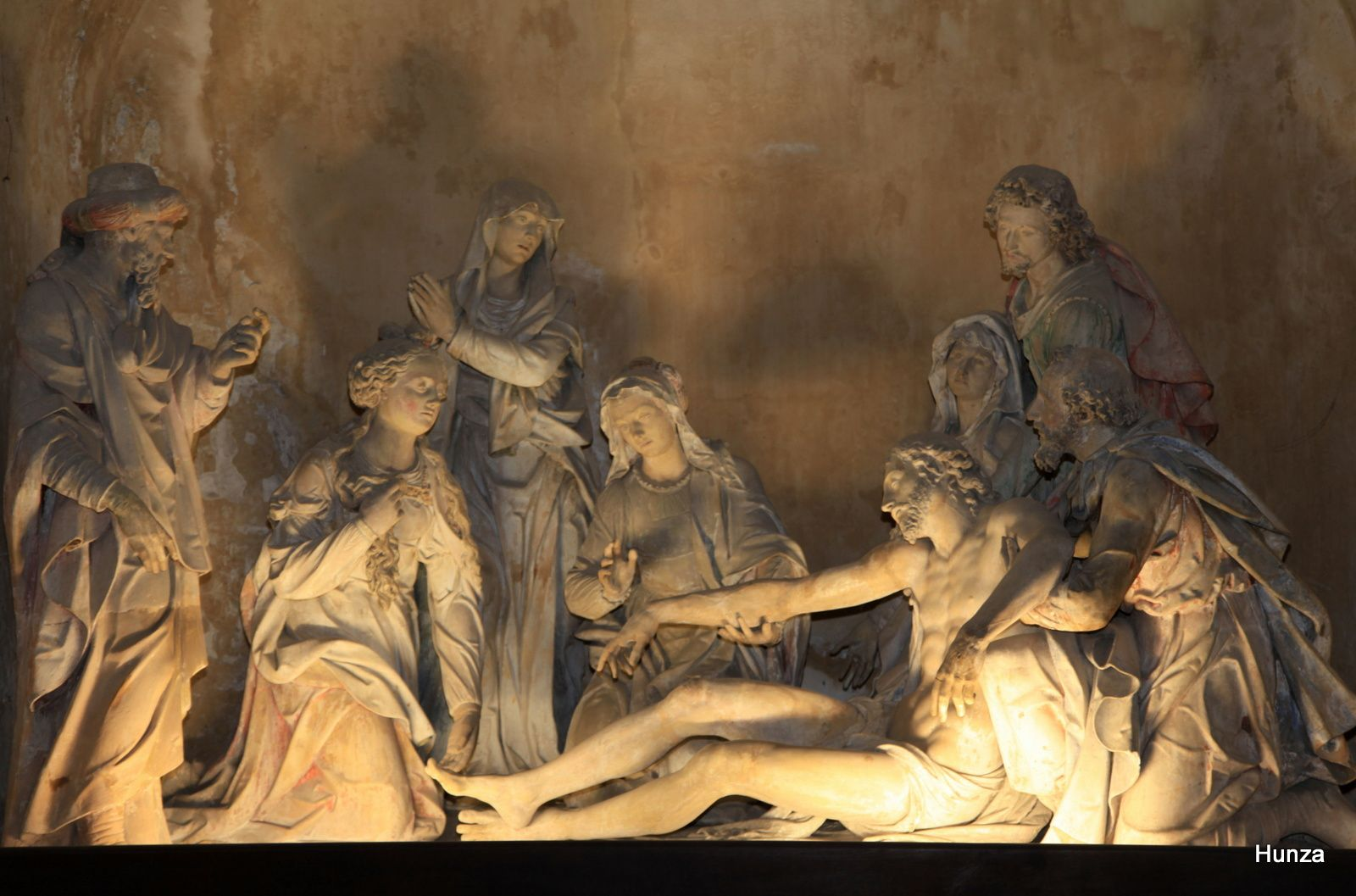 Mise au tombeau en pierre blanche avec 7 personnages autour du Christ