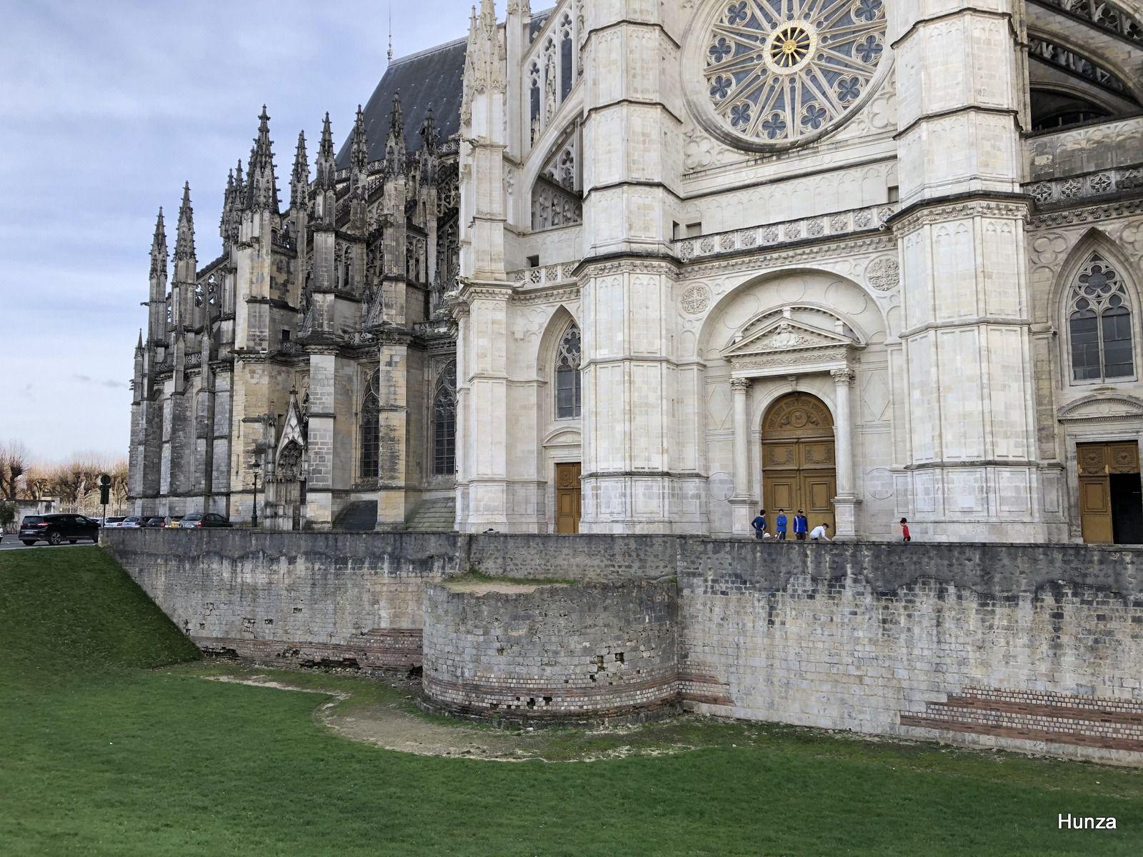 Au pied de la cathédrale, un vestige du rempart gallo-romain datant du 4ème siècle ap JC.