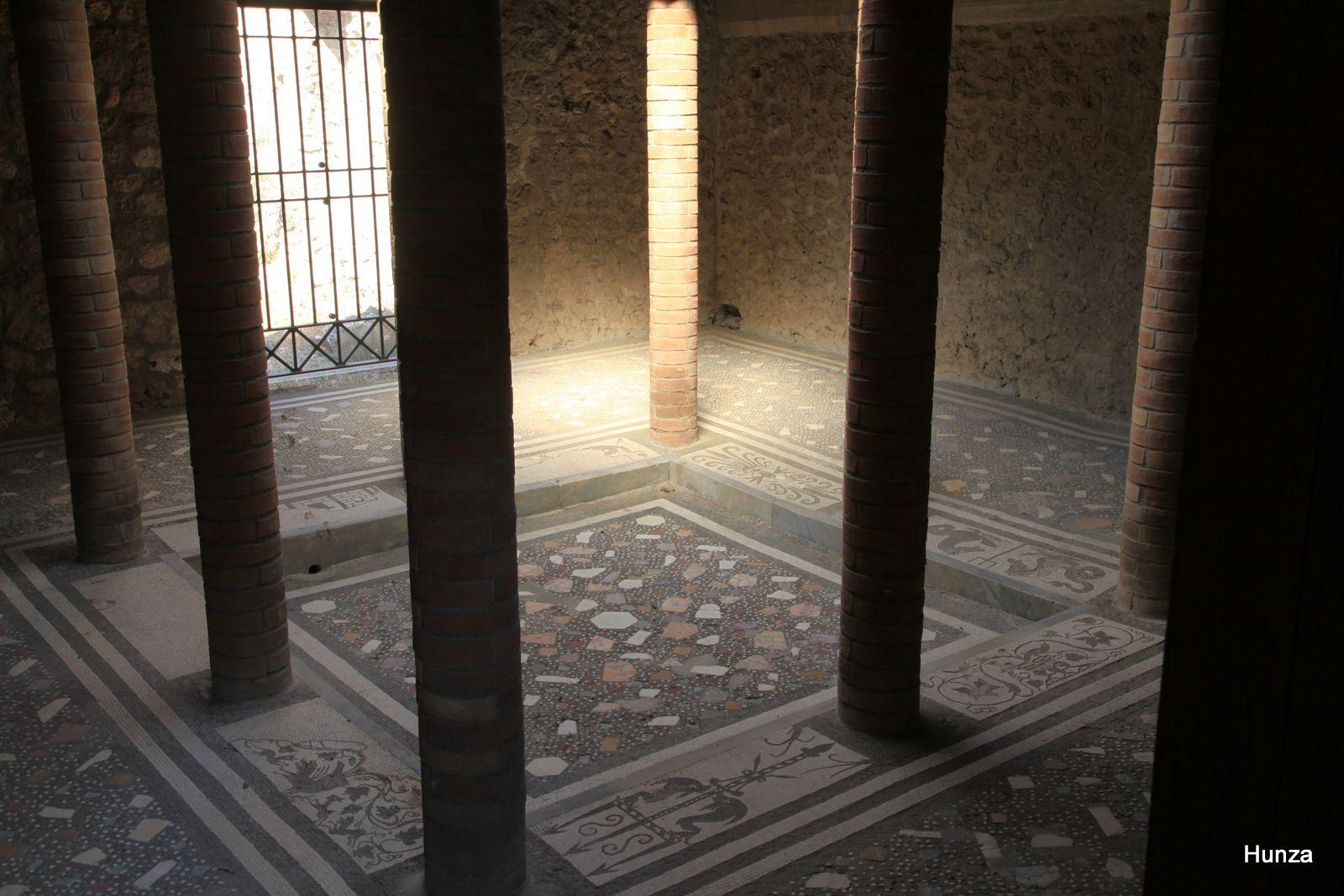 Pompéi, petit atrium des thermes de la maison du Ménandre