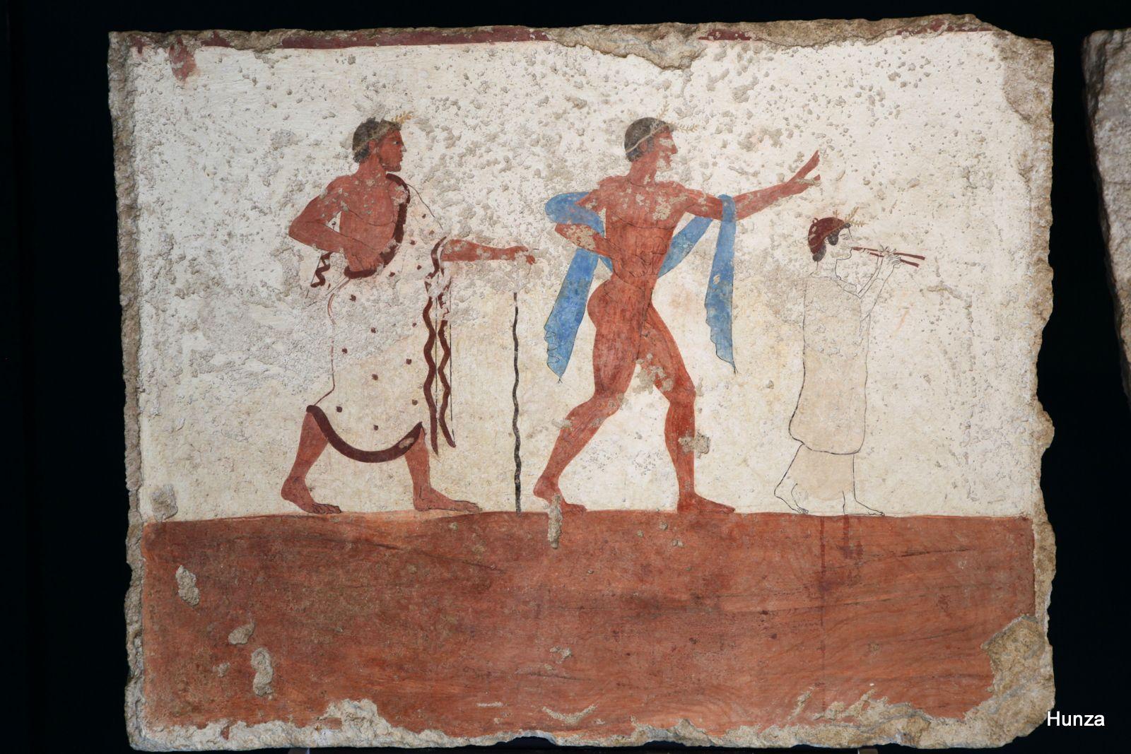 Jeune homme nu derrière une femme jouant de la flûte et suivi par un pédagogue
