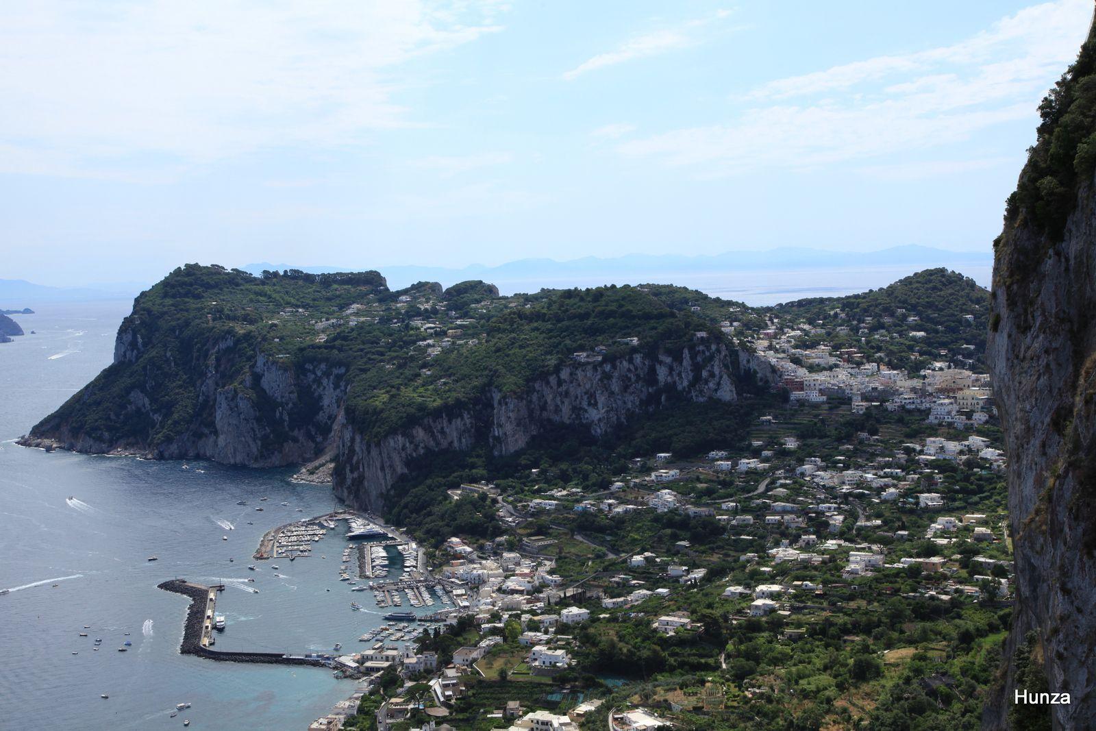 Le port de Capri et, en arrière plan, le Mont Tibère