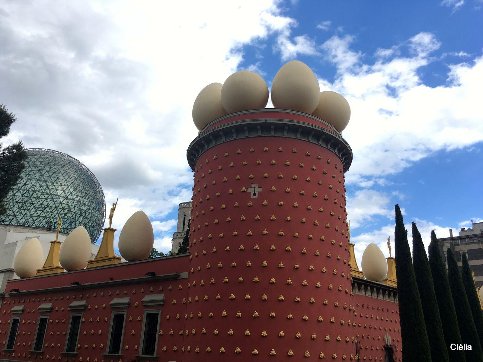 Tour Galatea décorée avec des oeufs géants sur le toit et des pains catalans sur le mur ocre