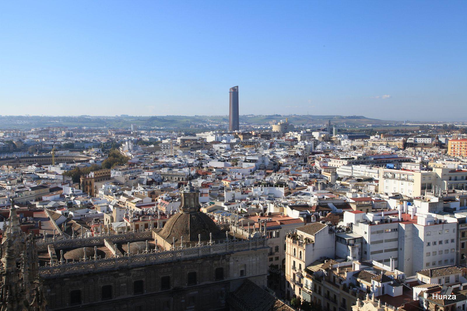 Au centre la tour de Séville (180 m) et, à gauche, les arènes