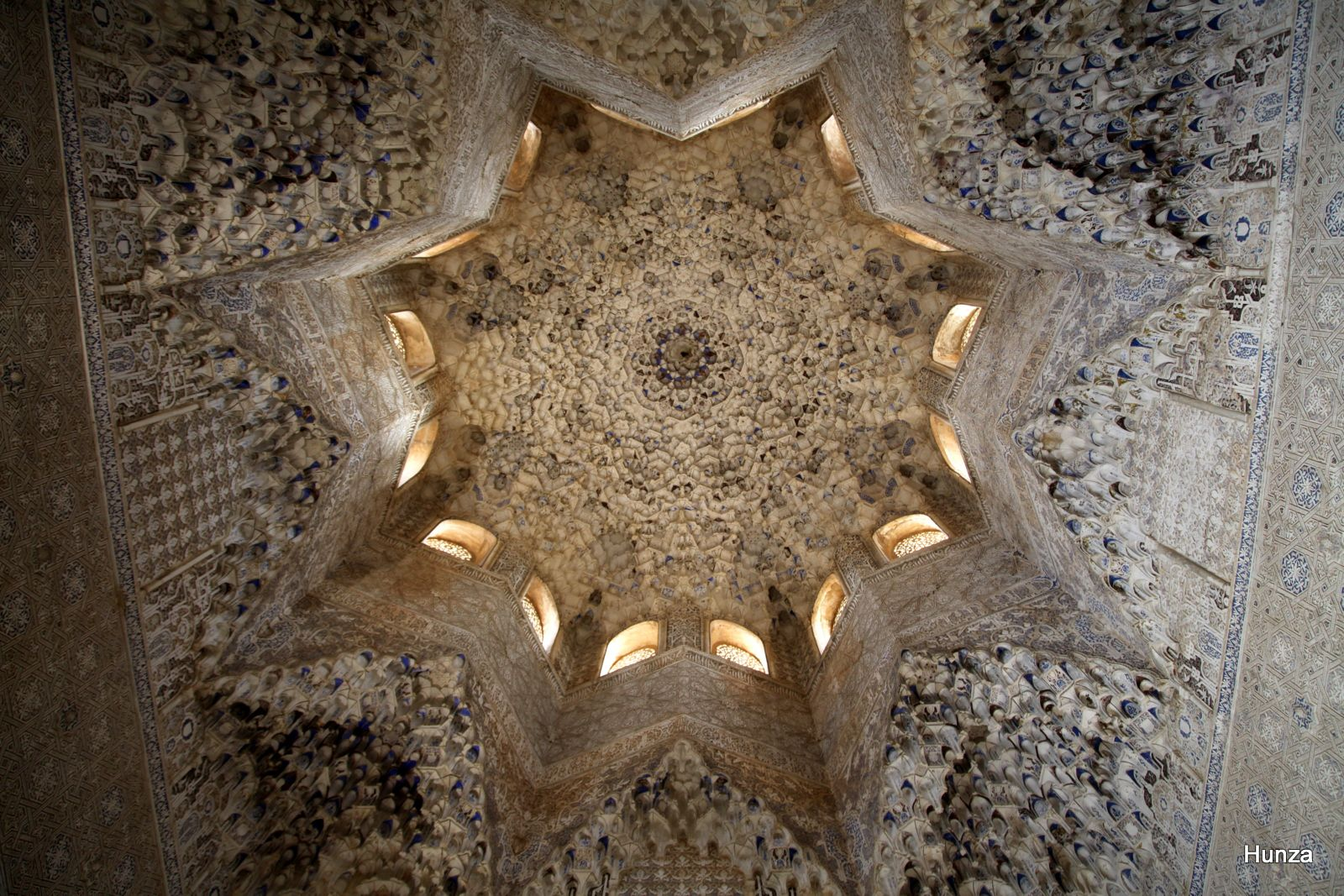 Coupole de muqarnas (stalactites de plâtre) de la salle des Abencérages