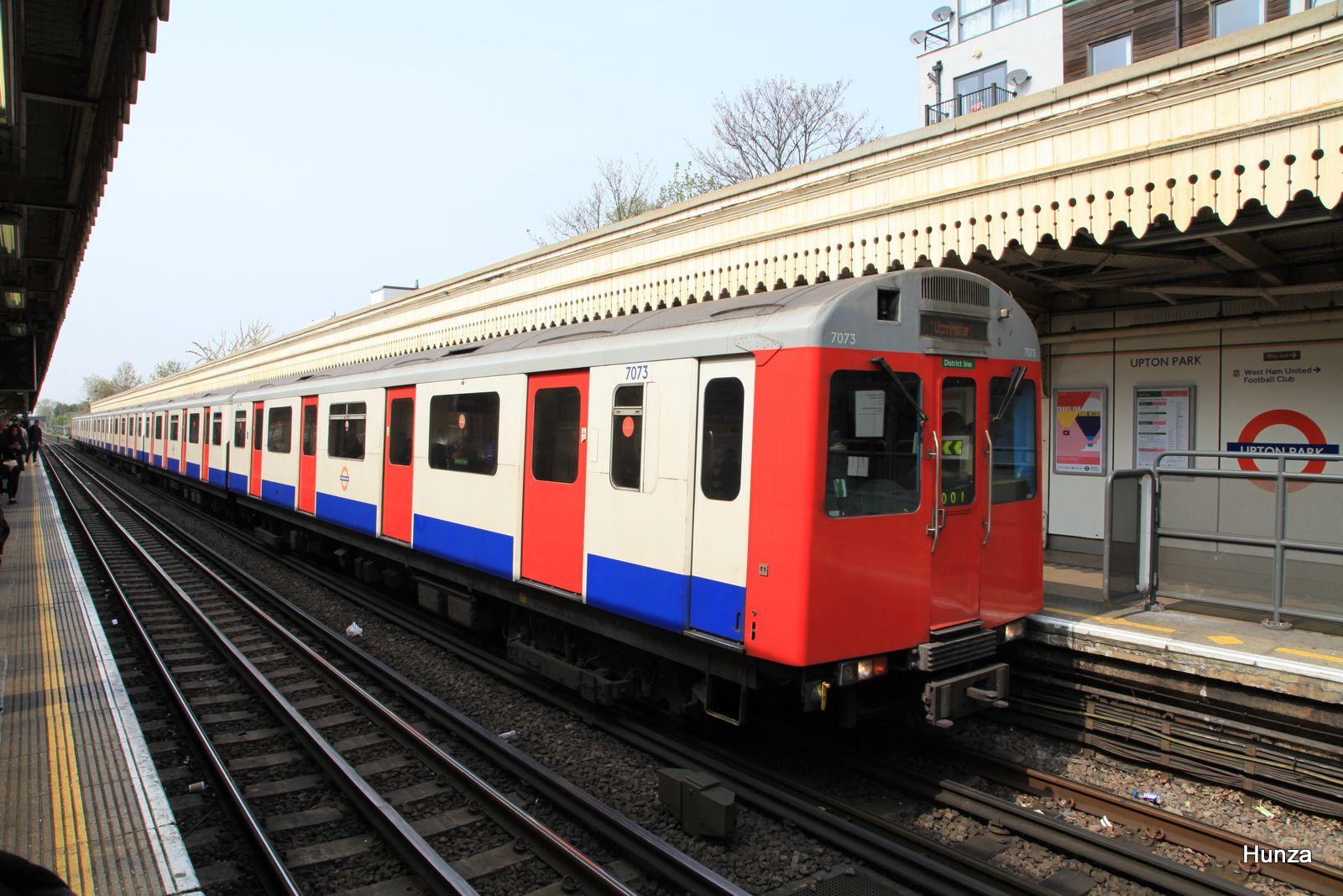 Rame D 78 Stock de la District Line à Upton Park (24 avril 2015)