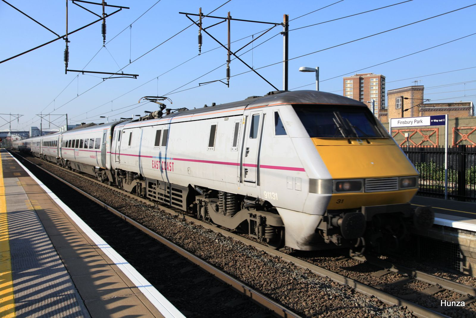 "InterCity 225 avec Class 91 n°91131 de la ""East Coast Main Line"" àFinnsbury Park(20 avril 2015)"