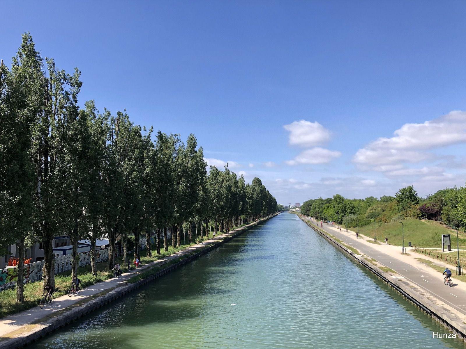 Vue du canal et du parc départemental de la Bergère (à gauche) depuis la passerelle Pierre-Simon Girard