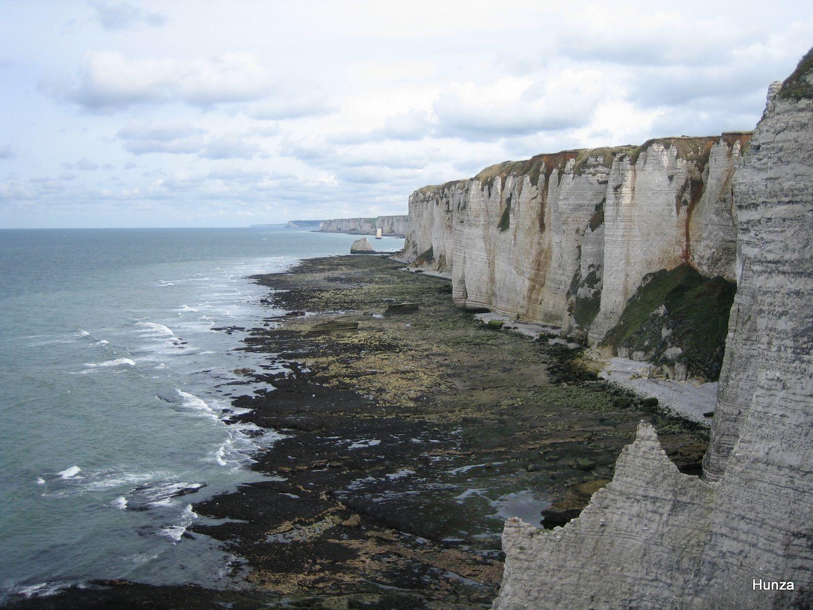 Vue depuis la falaise d'Amont vers l'aiguille de Belval: le platier découvert à marée basse