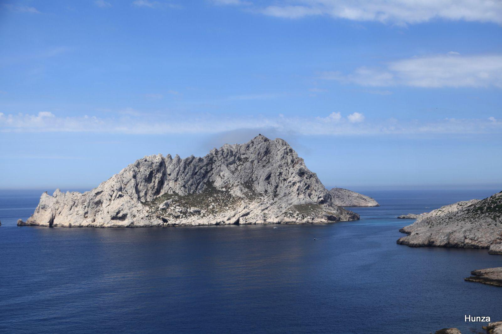 L'île Maire dominé par le Pic des Gabians (138 m)