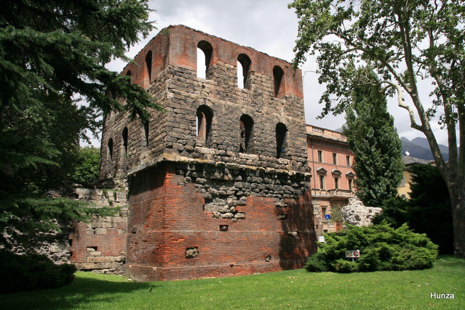 Tour du Pailleron : c'est l'une des 22 tours qui défendaient l'enceinte romaine