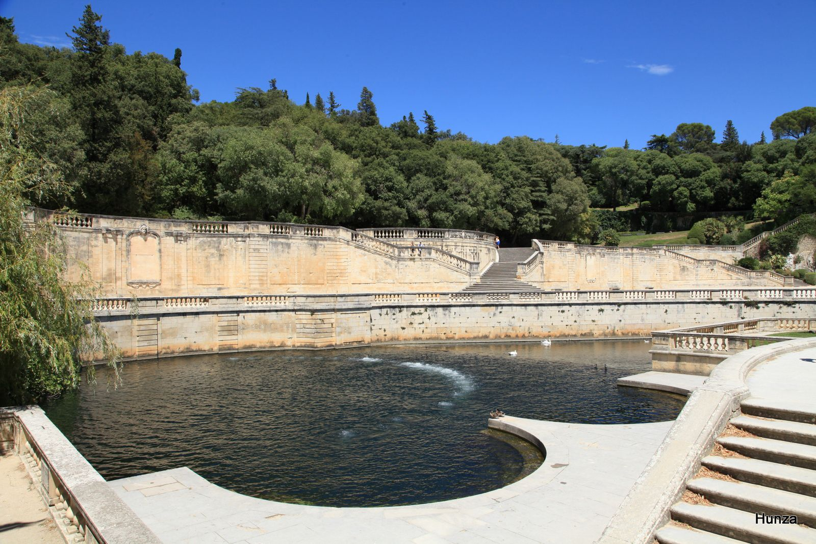 La vasque où jaillit la source du jardin de la Fontaine qui est une résurgence karstique
