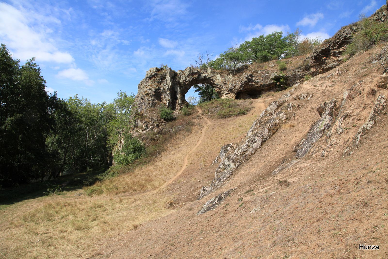 Pierre-Perthuis, la roche percée