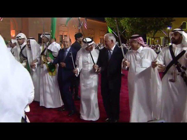 Donald Trump participant à la danse du sabre.