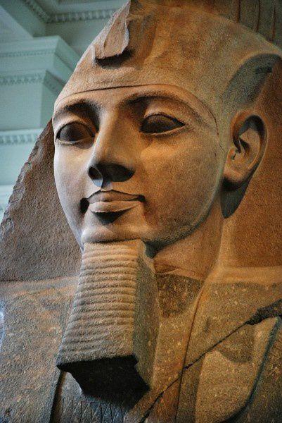 4 ) Statue du grand ramsès II. Hiératique, énigmatique. Pas un président normal, assurément. 4 ) Momie du Grand Ramsès II. 5 ) L'excellente vulgarisation de Jacob en bande déssinée.